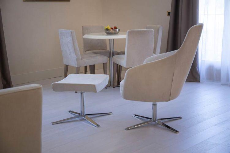 Superior suite eleganti e luminosi nei toni dell'avorio, con pavimento in parquet di legno